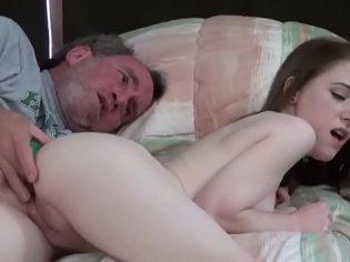 Metiéndole los dedos en el culo a su nieta ¡A la putita le encanta!