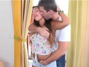 Manoseando a su hija después de verla llegar de la casa de su novio