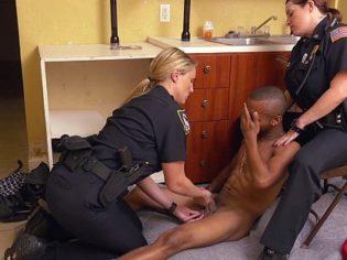 Policías abusando de un negro traficante ¡Le vieron la polla y se excitaron!