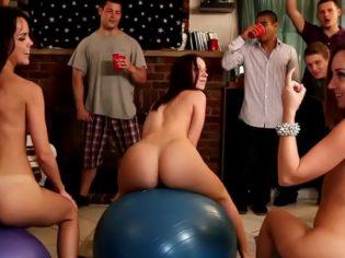 Universitarios de fiesta con las diosas del porno ¡Que suerte tienen estos críos!