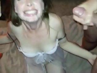 Grabando a su esposa mientras se la chupa a sus amigos