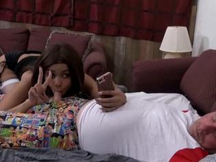Se hace selfies mientras le chupa la verga a su padre ¡todo por ganar seguidores!