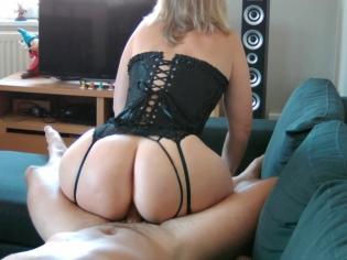 Madura con el culo gordo le saca toda la leche a su marido