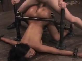 Negra atada al suelo y follada a lo bestia ¡le gusta ser una puta!