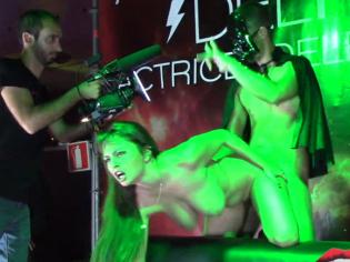 Bestial follada publica en el Salón Erótico de Barcelona ¡fiesta y sexo!