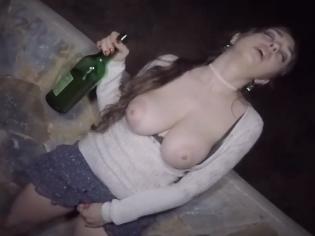 El alcohol la pone tan cachonda ¡que acaban follando en la calle!