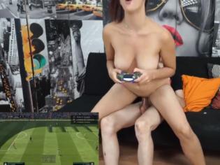 Jugando Fifa desnuda y con la gran verga de Jordi dentro