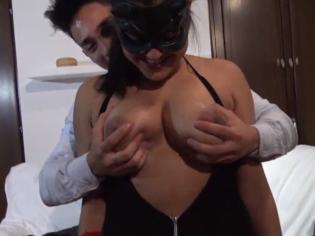 La conoce en la discoteca y la convence para grabar porno