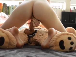 Jovencita coloca un strapon a su oso de peluche y se lo folla