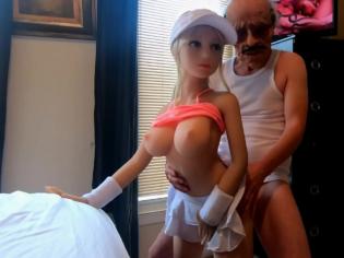 Viejo loco se folla una muñeca sexual hiper realista