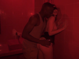 Zorra sumisa y descontrolada es follada en el baño del bar