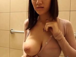 Tetona se masturba para el novio en un baño público