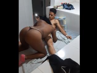 Contrata a una prostituta negra de 19 años y le deja sequito