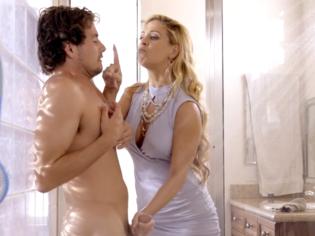 Madurita le da una lección de sexo al novio de su hija