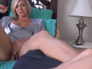 Madre se masturba mientras su hijo le masajea los pies