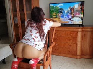 Chica gamer quiere verga mientras juega con la Playstation