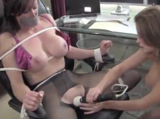 Secretaria tetona atada y violada por la sádica de su jefa