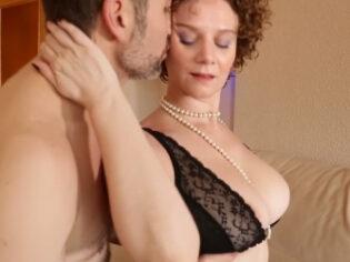 Madura española engaña a su marido con un cliente