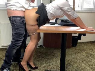 Secretaria pone cachondo al jefe para que la folle sobre la mesa